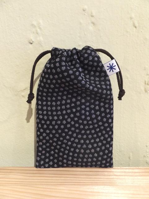 画像1:  【お買い得 40%OFF】 スマートフォン巾着 鮫小紋 鉄黒