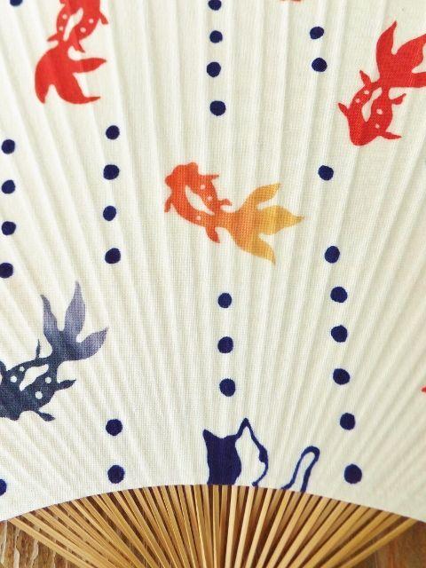画像2: 気音間の手ぬぐいうちわ ぶち金魚